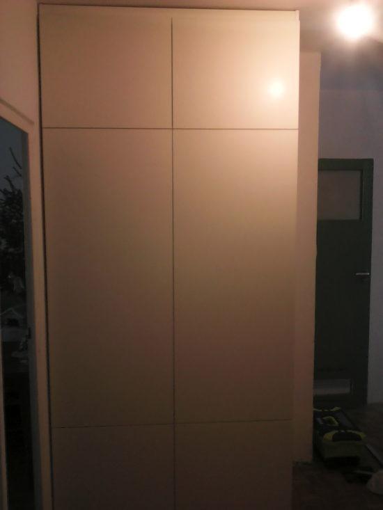 Klasycznie otwierana szafa - korytarz
