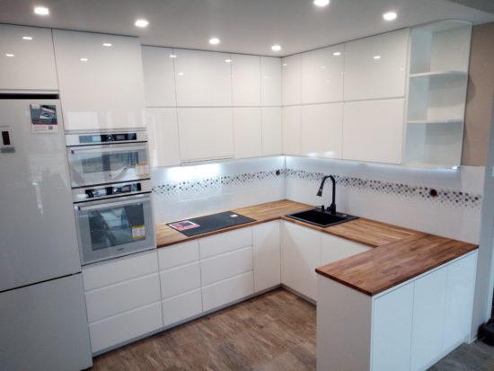 Kuchnia lakier biały połysk + blaty drewniane Dębowe
