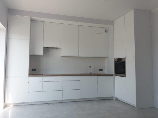 Kuchnia lakier biały matt, fronty z frezowanymi uchwytami + blaty brunico