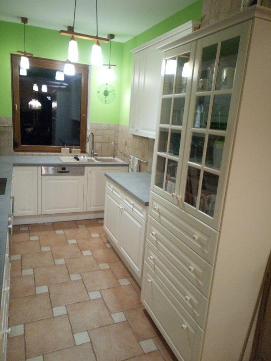 Kuchnia z frontami frezowanymi i lakierowanymi, lakier biały matt